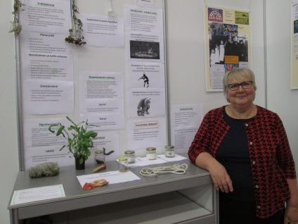 Anneli Kanto pystytti Nuorisokirjailijoiden osastolle kiehtovan Pirunpaskaa ja muumiojauhetta -näyttelyn Pyöveli-romaaninsa taustatyöstä.