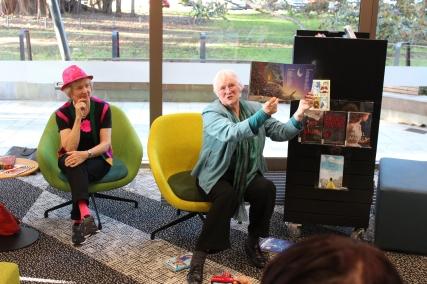 Kirjastokierros päättyi Devonportin julkiseen kirjastoon, jossa oppaina toimineet hurmaavat kirjalijat Tris Gribben ja Tessa Duder kertoivat omista kirjoistaan.